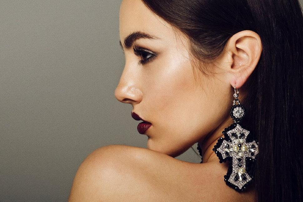 Серебряные и золотые серьги в виде креста