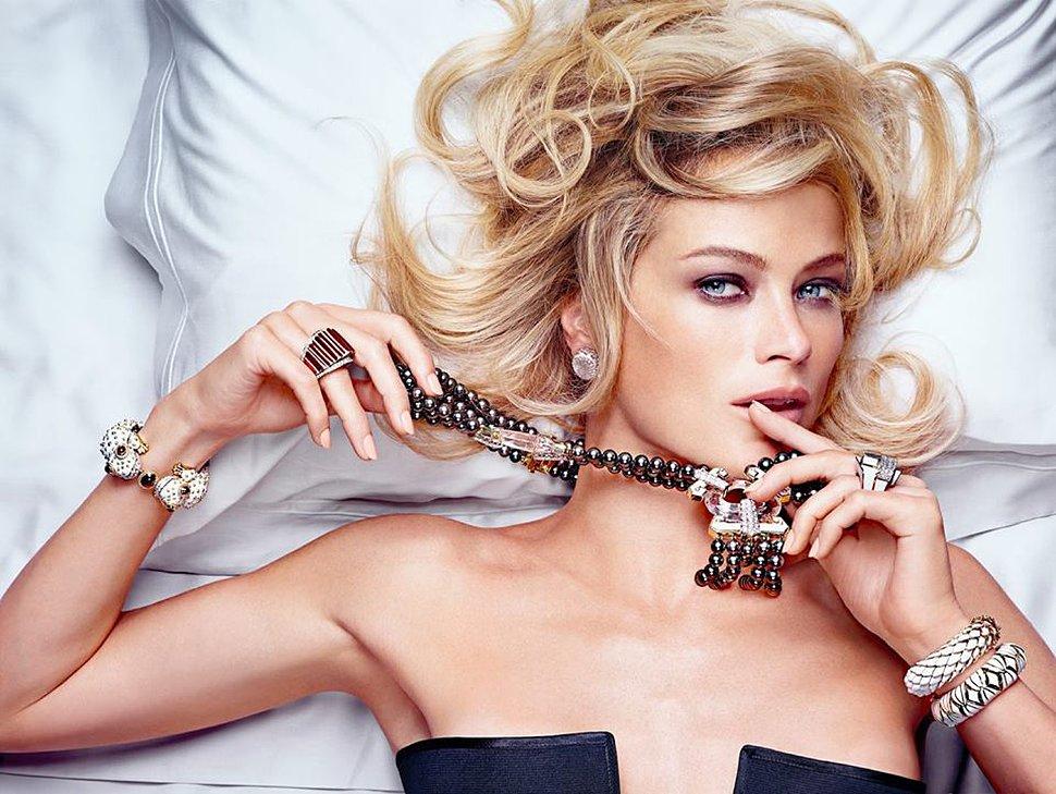 Красивый макияж и бижутерия с браслетами