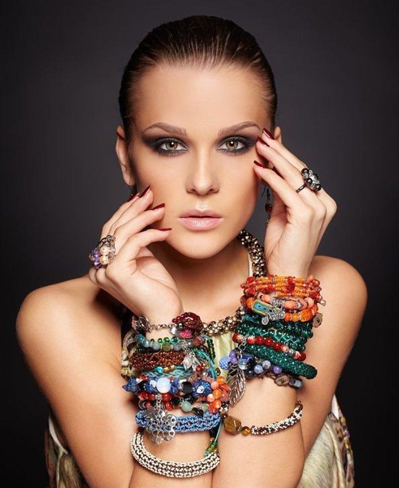 Красивый макияж и бижутерия с браслетами цены