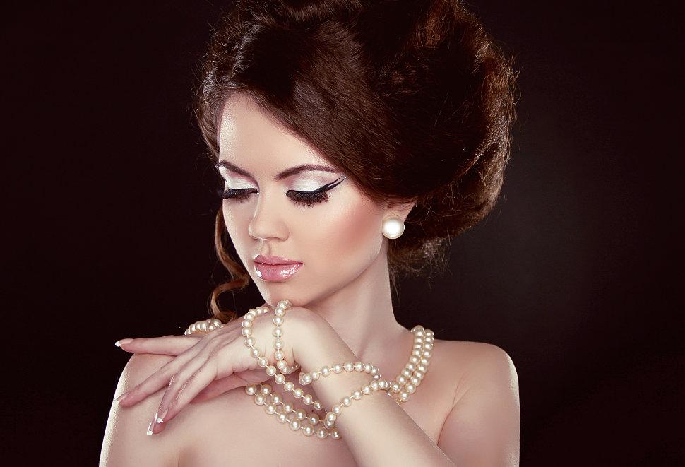 Красивый макияж и бижутерия с браслетами мода