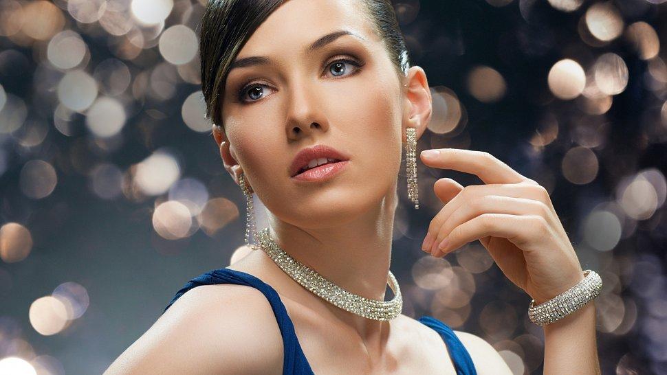 Красивый макияж и бижутерия с браслетами магазин