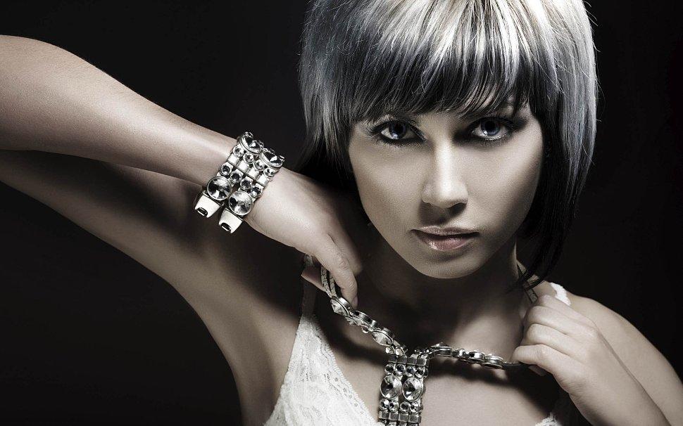 Красивый макияж и бижутерия с браслетами скидки