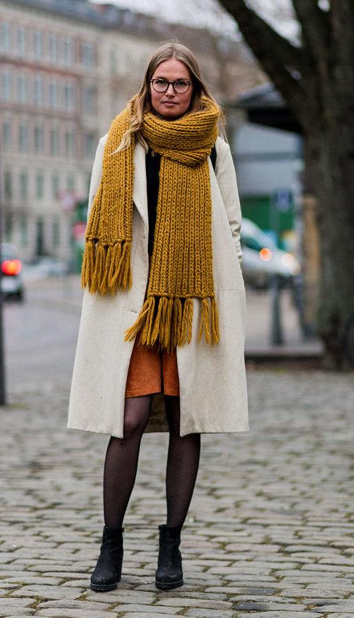 Как красиво носить шарф с пальто и какими аксессуарами дополнить образ