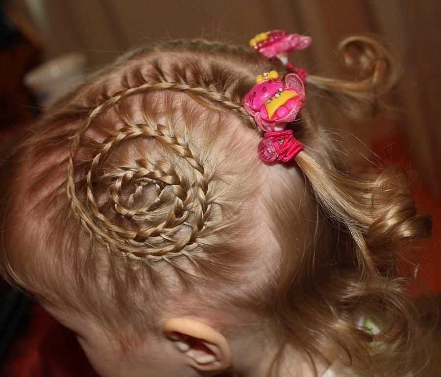 Детские прически с резинками для волос в сад